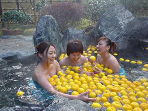 Купание с лимоном юдзу. Япония