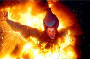 Сжигание фигуры из папье-маше. Фиеста Лас Фальяс. Валенсия, Испания